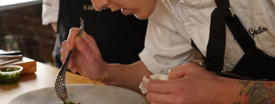 La chef Lucía Grávalos realiza un showcooking a los comensales con el que arranca la experiencia gastronómica